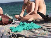 Drei oben ohne mädchens werden heimlich am strand gefilmt